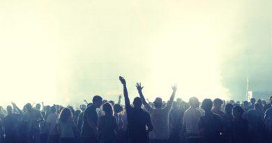 Εκατομμυριούχος πληρώνει 5.500 ευρώ για να έχει παρέα σε συναυλίες